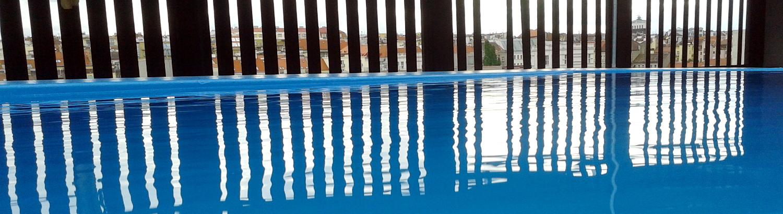 Detailní záběr bazénu na střeše